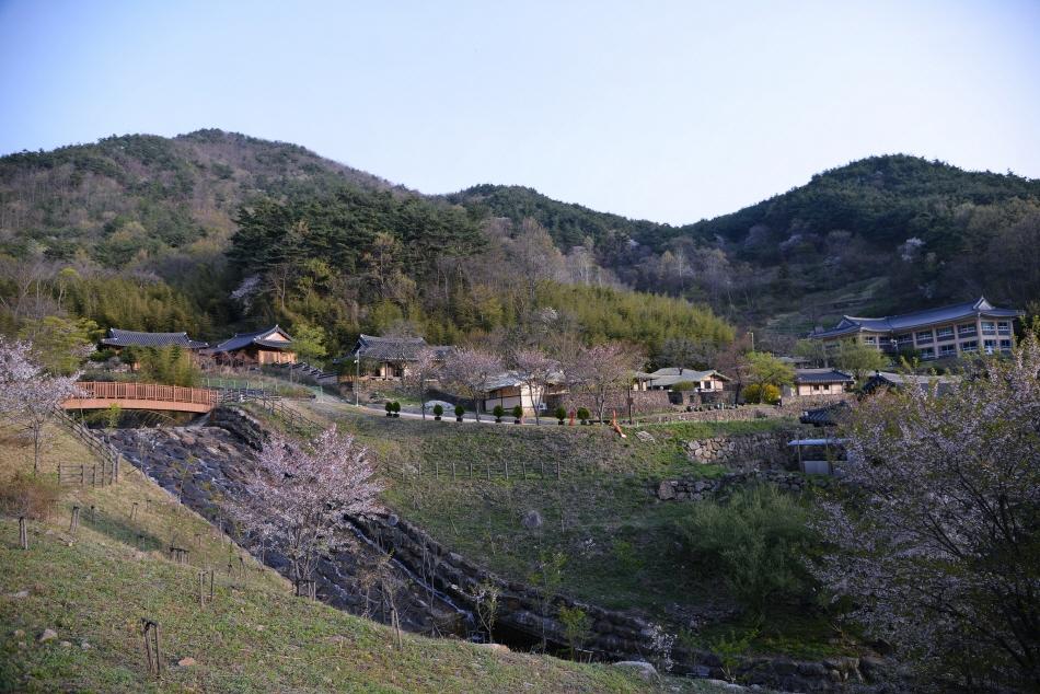 초가와 한옥이 어우러진 심청한옥마을