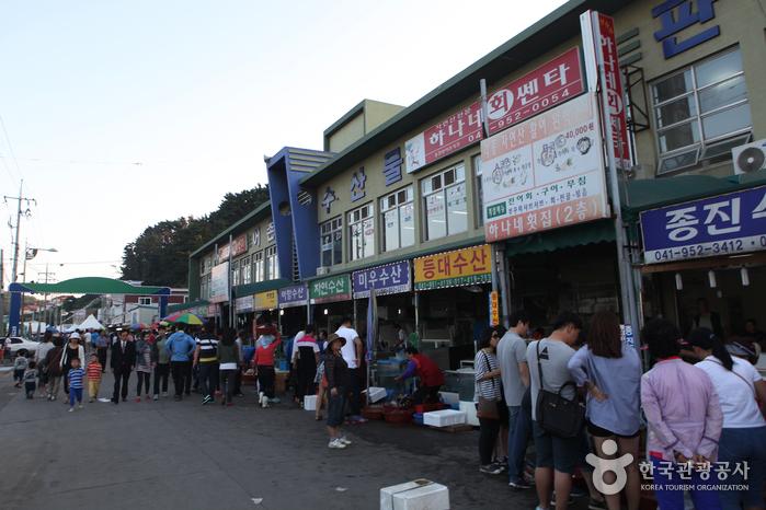 수산물판매장 거리 풍경, 많은 사람들이 수산물을 보고 있다