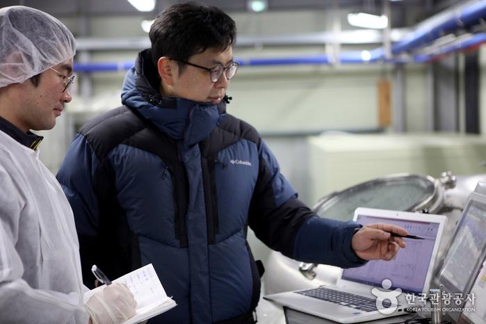 모니터로 상황을 체크하는 브루마스터 윤진수 이사와 담당직원