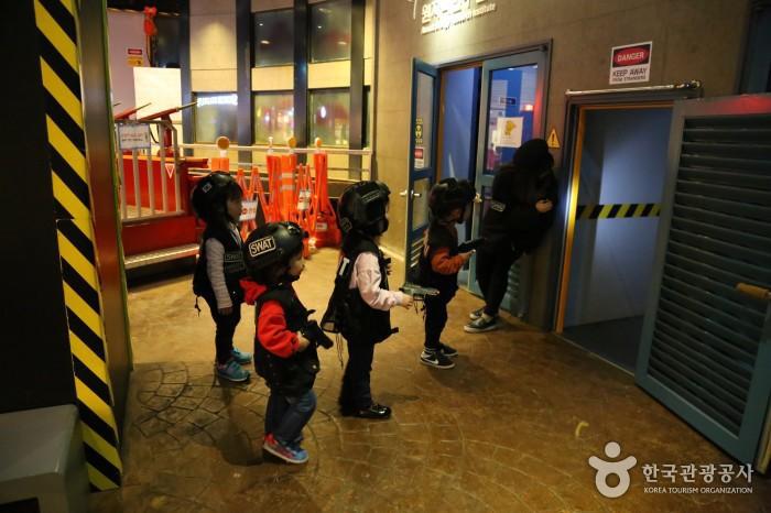 특공대체험 - 헬멧과 장비를 갖춰 입고 출동하려는 아이들