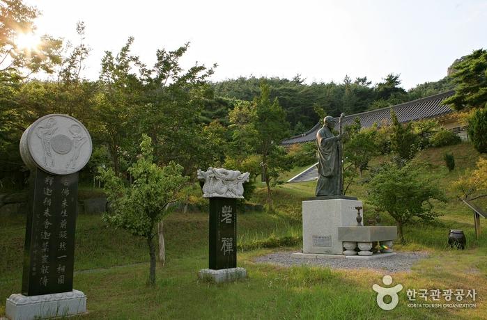 초의선사 동상과 여러 기념비