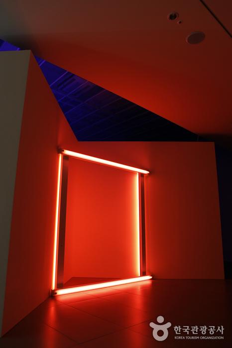형광등으로 빨간색 네모를 만든 댄 플래빈 작품