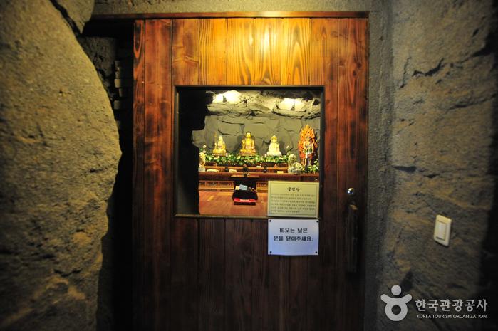 Храм Якчхонса на Чечжудо (약천사(제주))16