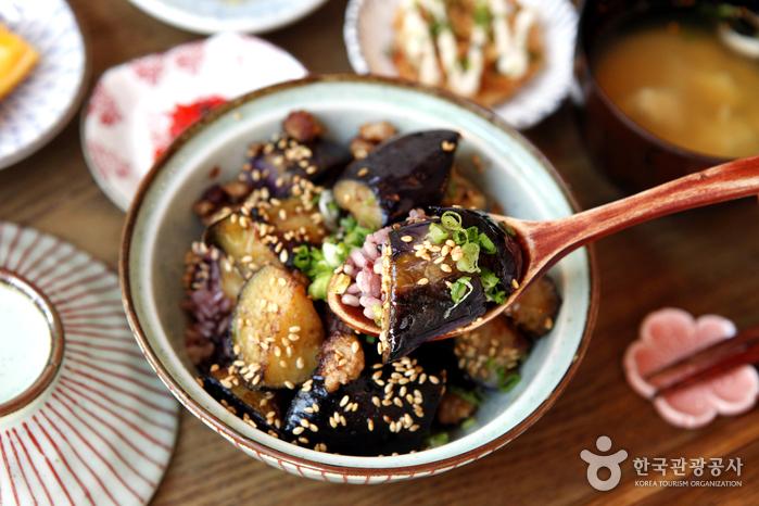특제 소스에 볶은 신선한 가지덮밥