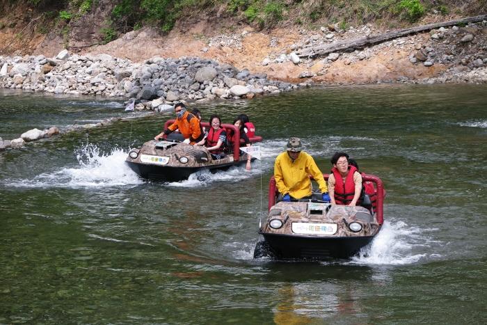 해담마을의 명물 수륙양용자동차는 거친 물길을 지나 스릴이 넘친다.