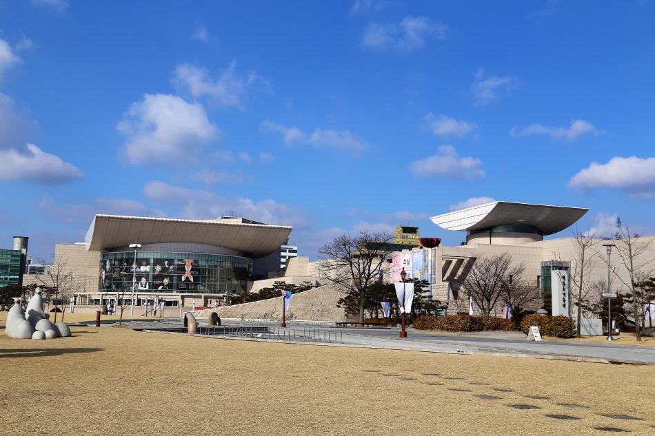 정부청사역에서 도보 20분 거리에 있는 대전시립미술관과 이응노미술관은 너른 잔디밭을 공유한다.