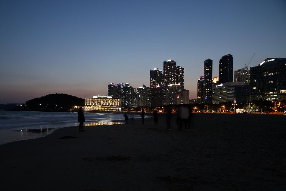 해가 넘어간 뒤 마린 시티의 야경이 볼 만한 해운대해수욕장