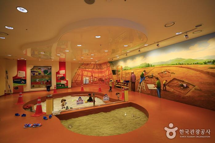 박물관 1층에 마련된 어린이고고발굴체험관