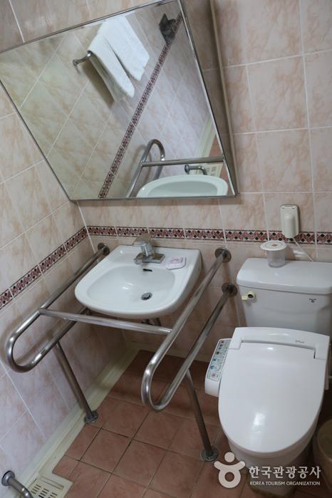 장애인 객실 내 화장실