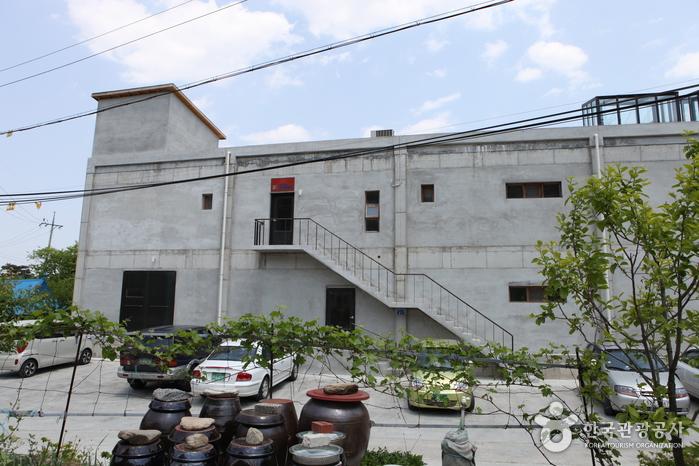 커피공장으로도 유명한 남강릉IC 근처에 자리한 <테라로사 /> 초입 풍경