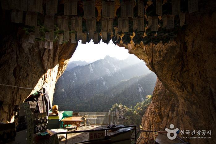 금강굴 안에서 바라본 풍경