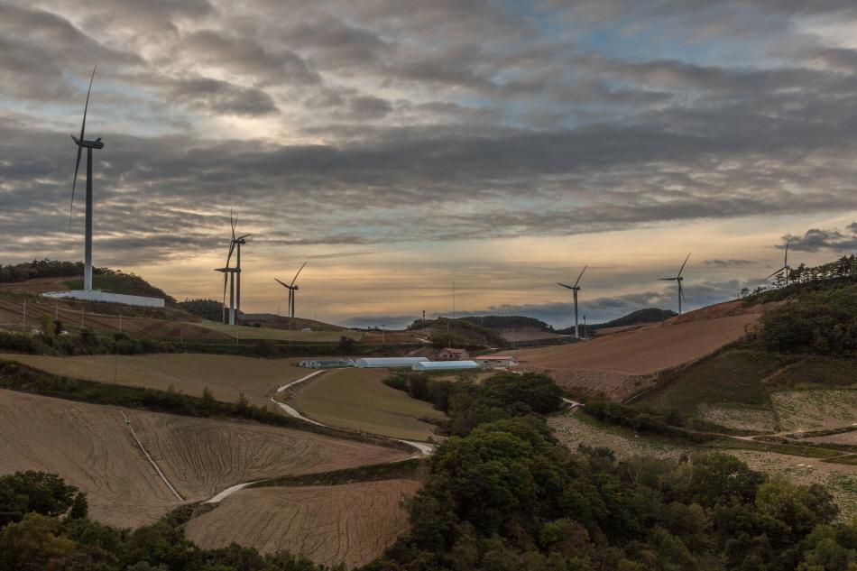 잡힐 듯한 구름과 풍력발전기가 이국적인 풍광을 연출하는 안반데기
