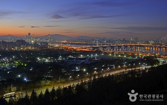 성산대교와 한강이 어우러진 새벽 풍경이 아름답다
