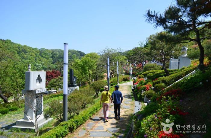 240여개의 성씨조형물이 설치된 공원