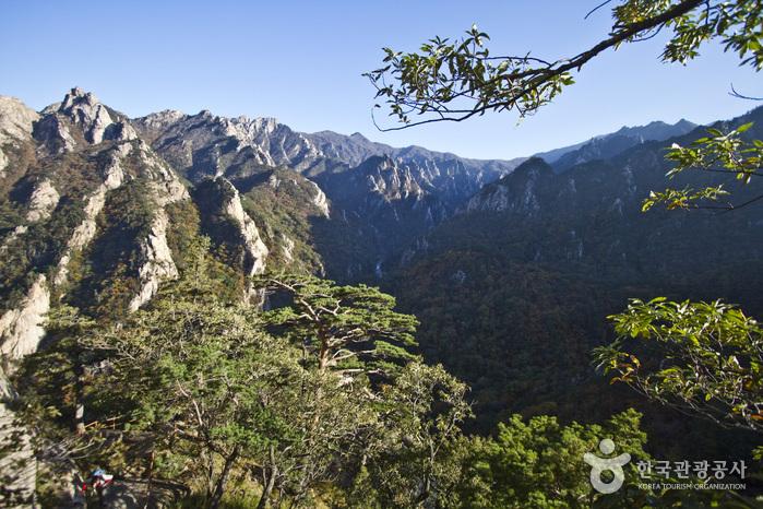 금강굴 앞 설악산 전경