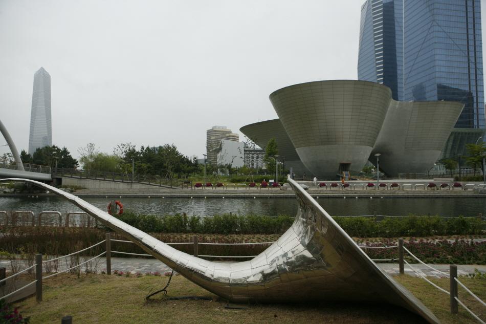 관악기를 테마로 한 공공 미술 작품 뒤로 트라이볼이 보인다.