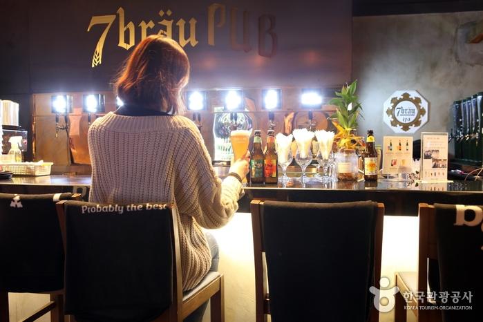 세븐브로이펍에서 맥주를 즐기는 여성