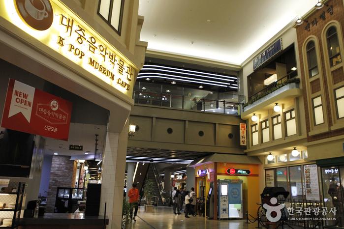 한국대중음악박물관이 있는 롯데월드타워 5층은 1930년대 종로와 1960~1980년대 명동 콘셉트의 식당가다.