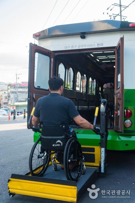 버스 후면으로 휠체어 탑승 중인 사진