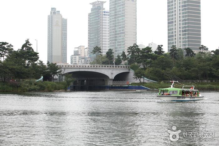 Songpa Naru Park (Seokchonhosu Lake) (송파나루공원 (석촌호수))