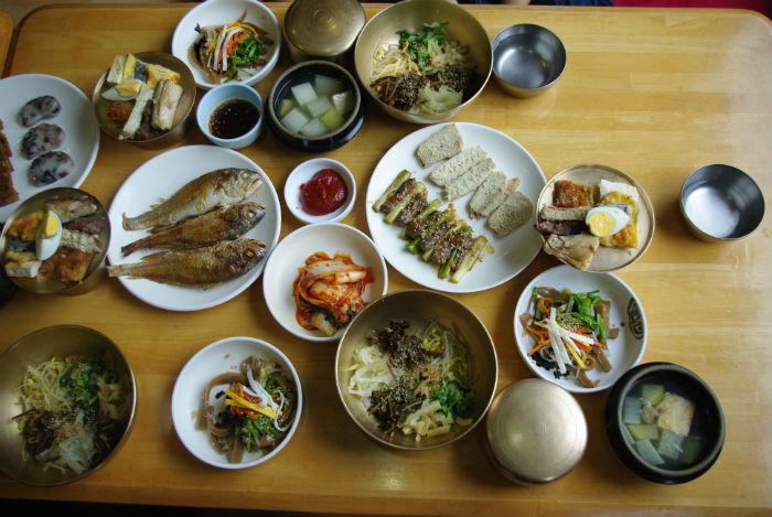 까치구멍집의 헛제사밥. 슴슴한 비빔밥 한 그릇으로 안동만의 독특한 양반문화를 느낄 수 있다.