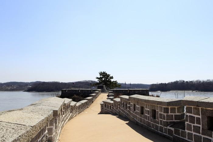한강 하류가 바다로 접어드는 용두돈대는 산과 강의 풍경을 모두 감상할 수 있다.