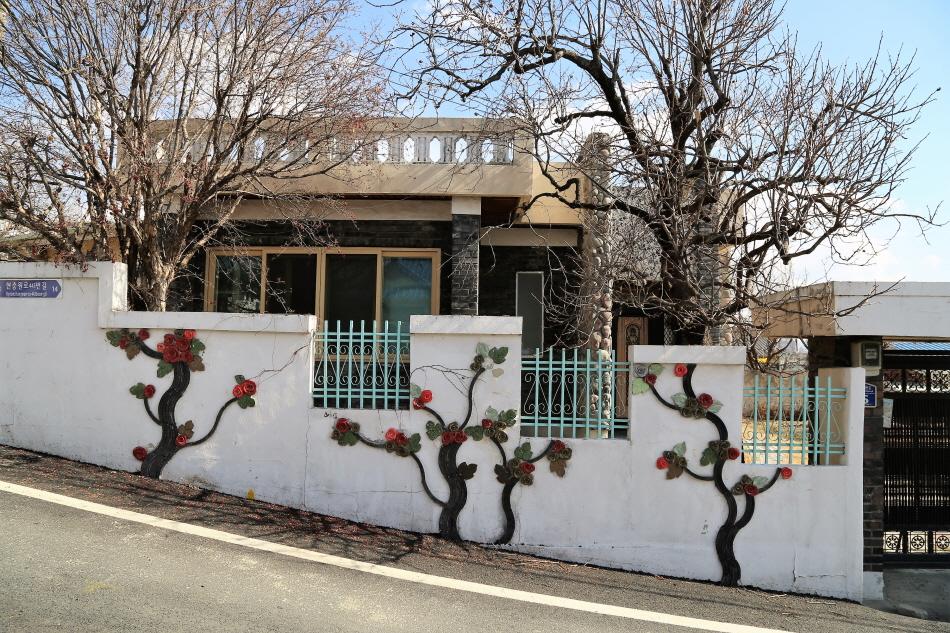 현충원역 3·4번 출구에서 만나는 벽화거리 새마을동네. 집 마당의 나무와 벽화가 어우러진다.