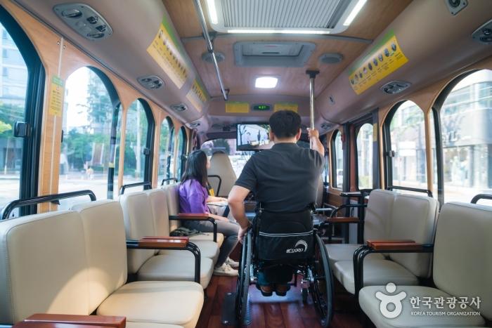 가운데 통로가 있고, 마주보는 형식으로 배치된 버스 좌석
