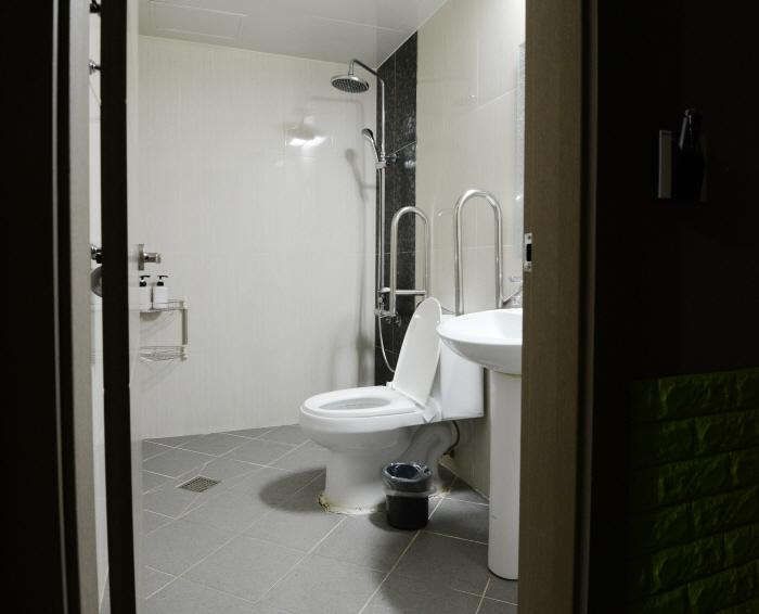 안전 바가 설치된 화장실