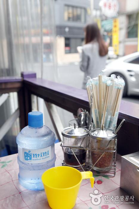 물과 컵, 젓가락도 이국적인 '딸랏롯빠이'