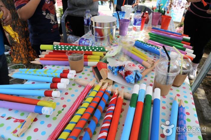 색색의 커다란 색연필들이 책상위에 나열되어 있다.
