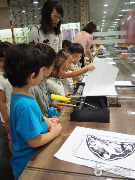 목판인쇄체험 - 체험하는 아이들 모습