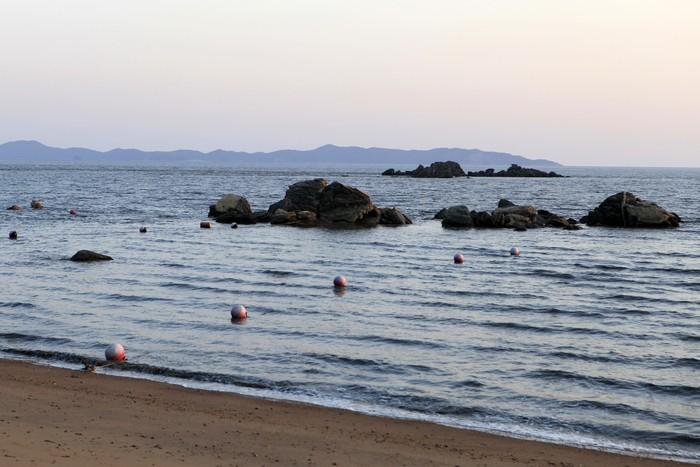 민머루해수욕장은 너른 갯벌이 물때에 따라 다른 풍경을 선보인다.