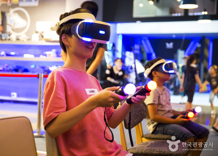 VR 게임에 집중한 호윤