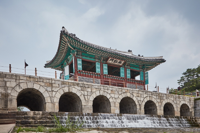 Ворота Хвахонмун крепости Хвасон в Сувоне (화홍문)