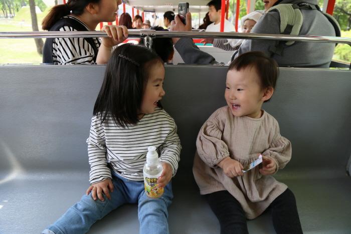 호돌이열차를 타고 즐거워하는 아이들
