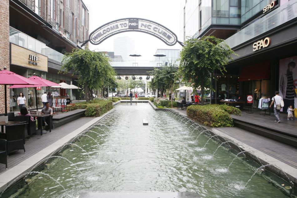 수로와 카페, 쇼핑 공간이 어우러진 커낼워크