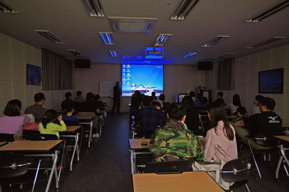 '별 헤는 밤' 프로그램에서 유주상 천문대장이 강연하는 모습