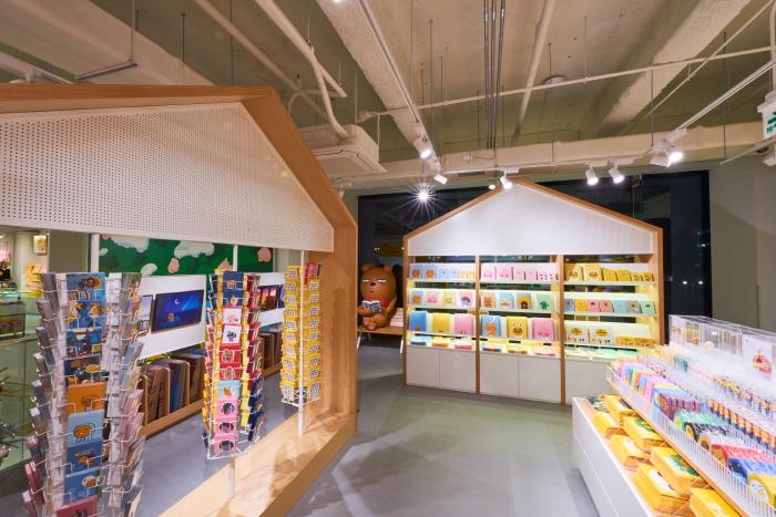 Kakao Friends Hongdae Flagship Store (카카오프렌즈 홍대 플래그십 스토어)