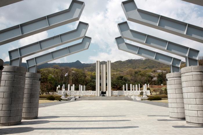 国立4.19民主墓地(국립4.19민주묘지)