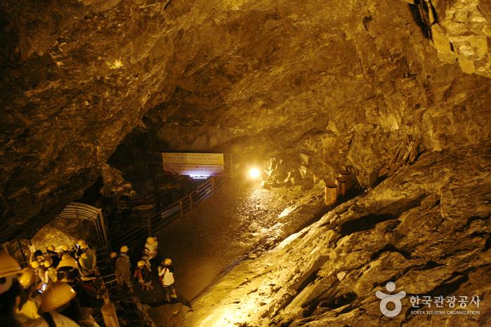 지하저장고로 연결되는 갱도