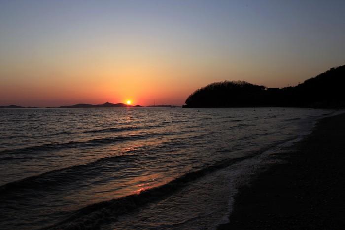 민머루해수욕장의 낙조는 인근 섬들이 어우러져 저만의 독특한 일몰을 연출한다.