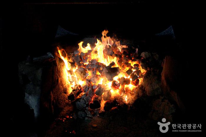 소나무 장작불로 달구는 유황돌
