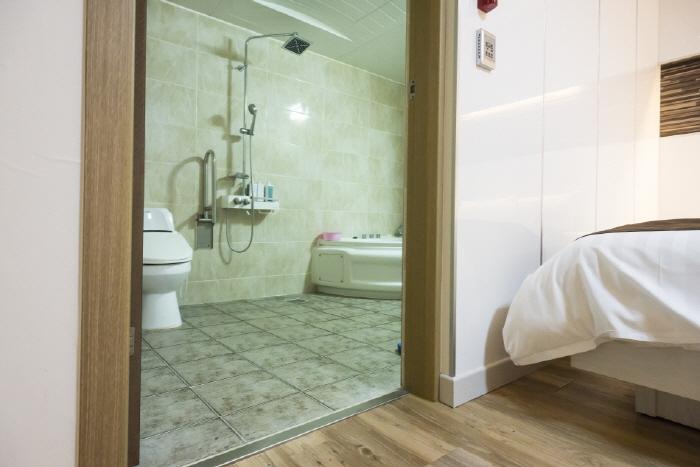 메이드호텔 객실 화장실