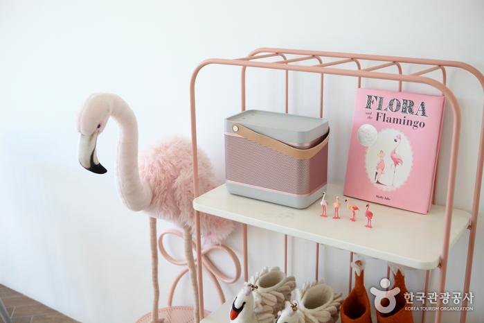 플라밍고와 함께 핑크색 소품이 몰려있다.