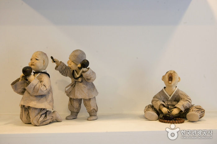 Choi Gi Soon Dackjongyi Doll Institute (최기순 닥종이인형 연구소)