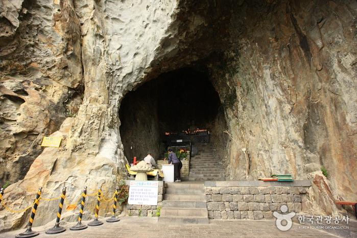 Sanbanggulsa Grotto (산방굴사)