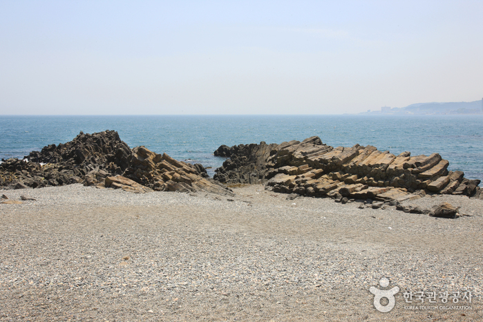 Jusangjeolli Cliff of Gangdong Hwaam Maeul Village (강동 화암 주상절리)