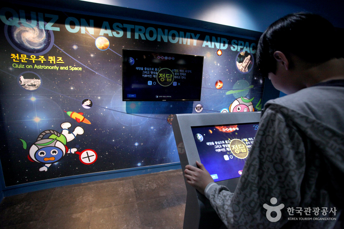 우주에 관한 퀴즈를 풀고 있는 학생
