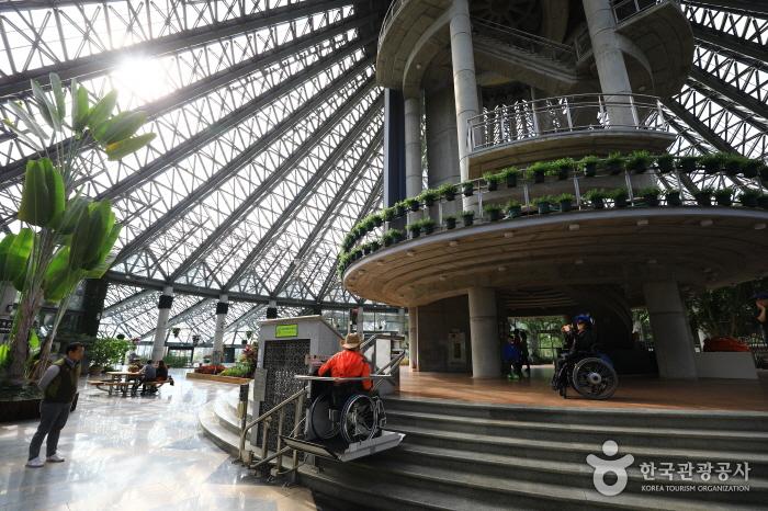 온실식물원의 전망탑 리프트